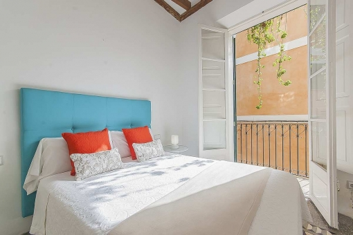 Charmantes Schlafzimmer mit kleinem Balkon