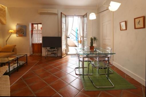 Essbereich mit Zugang zum Innenhof