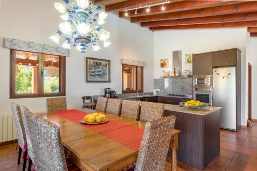 Essbereich mit großer Küche
