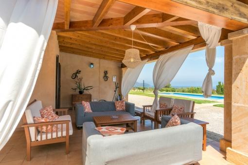 Bezaubernder Loungebereich unter der Terrasse