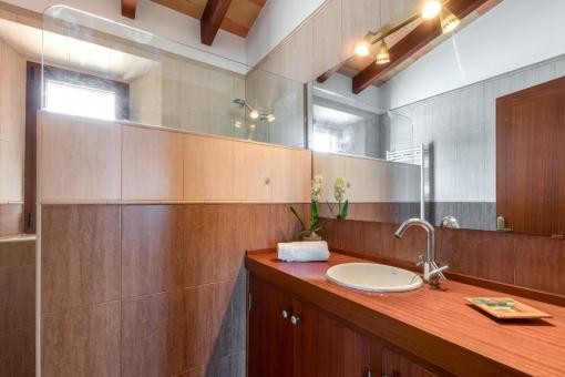 Eines von 4 modernen Badezimmern