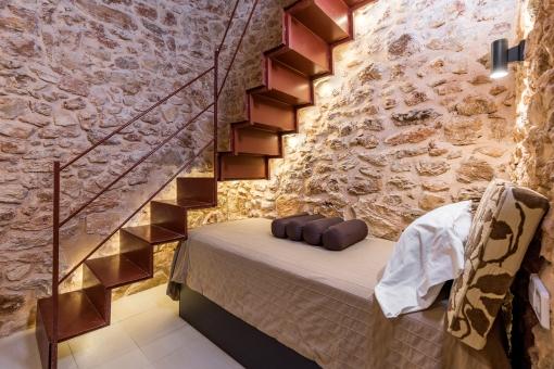 Schlafzimmer mit authentischer Steinwand