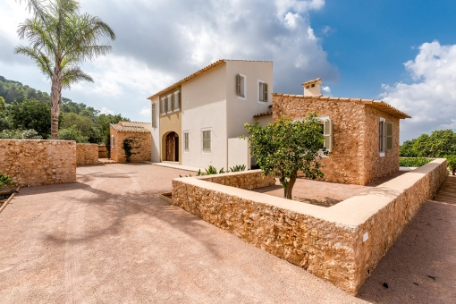 Front view and access to the finca