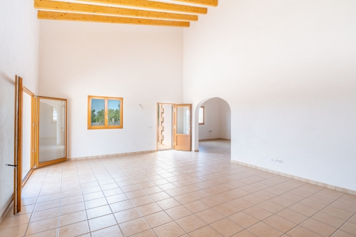 Großer Wohnbereich mit Holzdeckenbalken