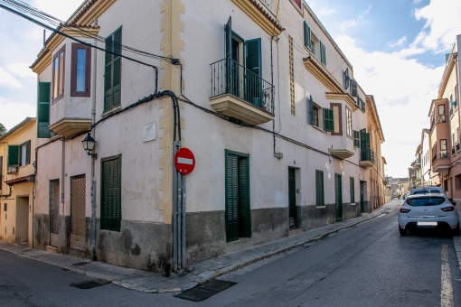 Interesting opportunity for investors: Building with a number of apartments and a garage and part sea views in Palma's popular El Terreno district