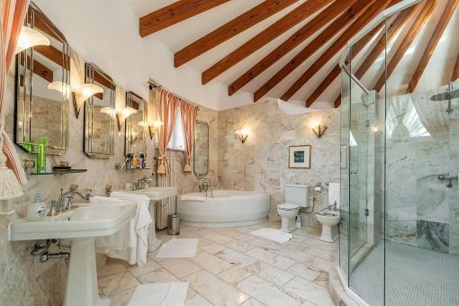 Badezimmer mit Holzbalkendecke