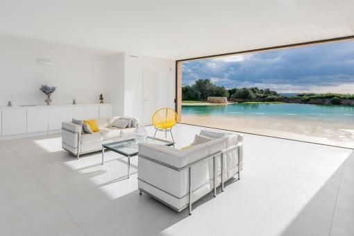 Wohnbereich mit großem Panoramafenster