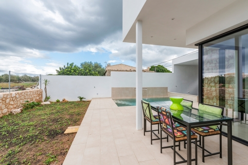 Partly covered terrace next to the pool