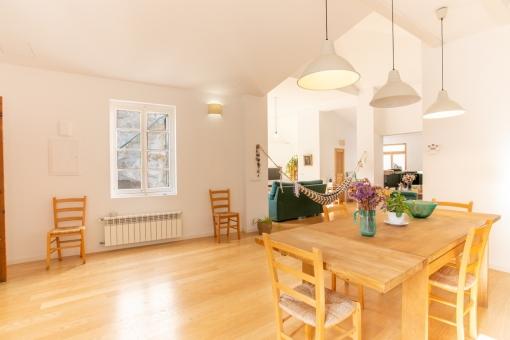Blick aus der Küche zum Wohnbereich