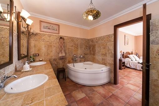 Ample bathroom with bath tub
