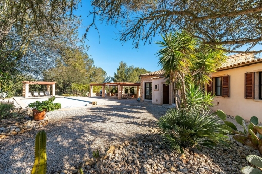 Exclusive property with pool and 2 separate guest houses with fantastic sweeping views in Montuiri