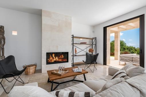 Eleganter Wohnbereich mit Kamin