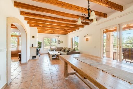 Großzügiger Wohn-und Essbereich mit Holzbalken