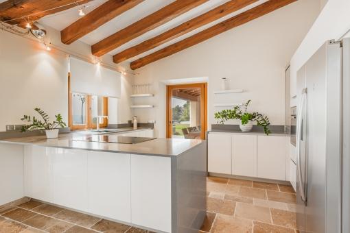 Moderne Küche der Finca