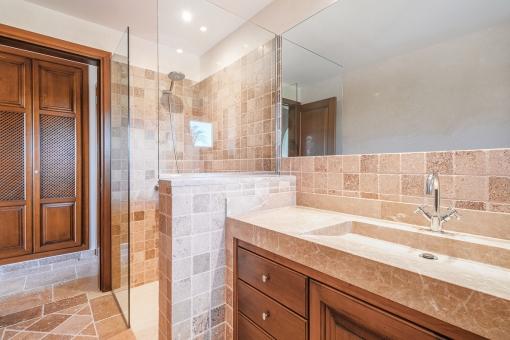 Mediterranes Badezimmer mit Dusche