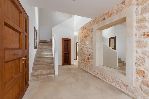 Eingangshalle mit Natursteinwand