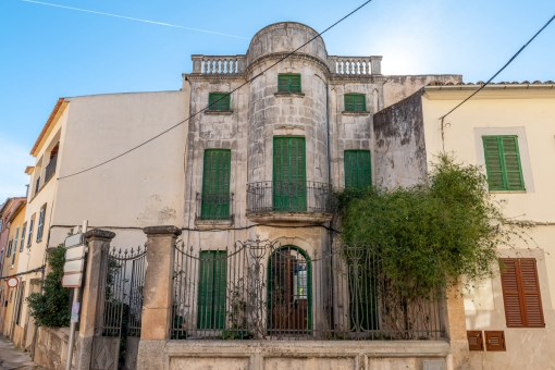 Charming art nouveau house with a large garden in the heart of Alaro