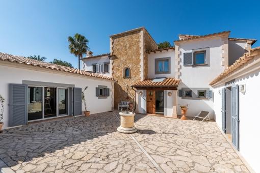 Auffahrt und Außenansicht der ersten Villa