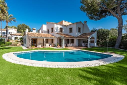 Villa Nr. 2 mit Pool und Garten
