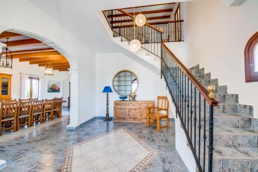 Eingangshalle und Treppe ins Obergeschoss
