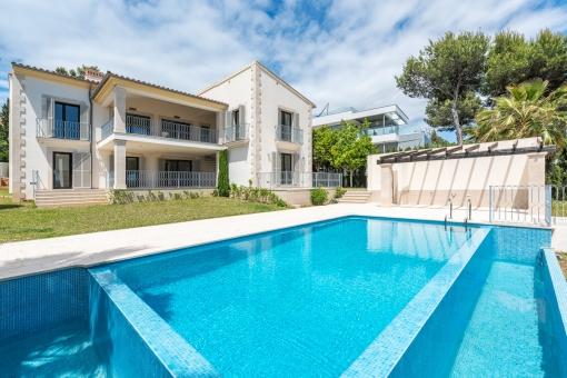 Luxuriöser Pool für Sommertage