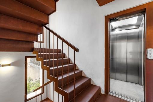 Escalera o ascensor al nivel superior