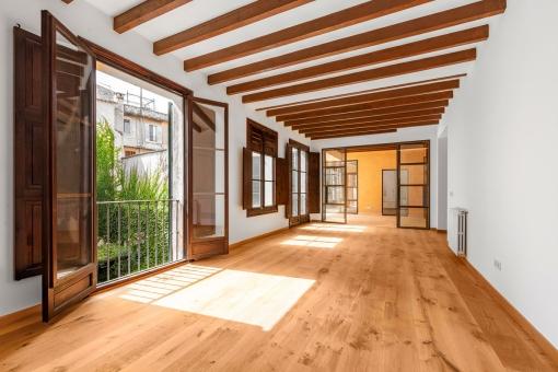 Segundo salón con vigas de madera