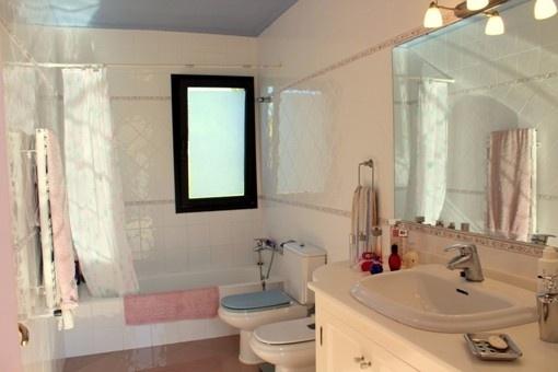 FINCA-ALAIOR-BATHROOM
