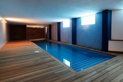 Exclusiva piscina climatizada en el sótano