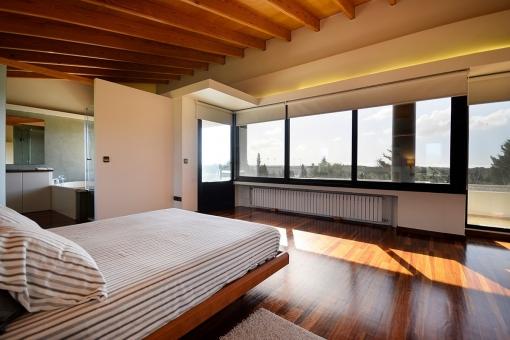 Espacioso dormitorio principal con vistas panorámicas