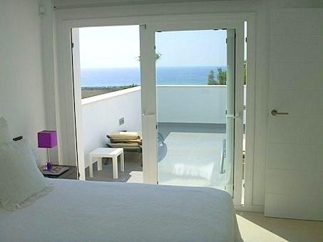 Dormitorio con acceso a la terraza y vistas