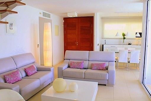 Sala de estar con puertas correderas a la terraza