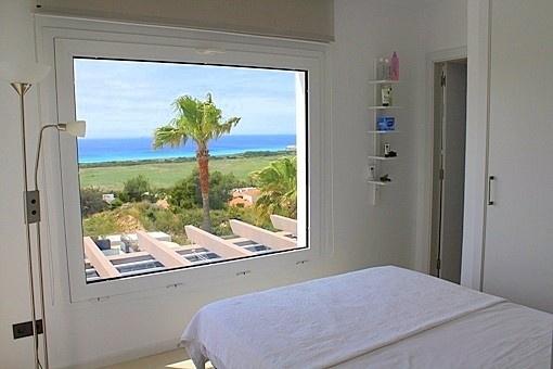 Dormitorio con vistas y baño en suite