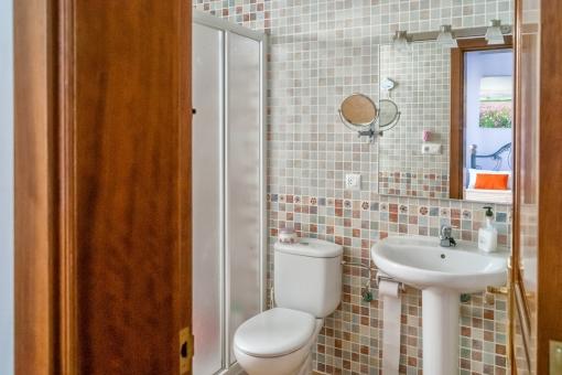 Badezimmer en Suite mit Mosaikelementen