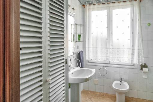Tolles Badezimmer mit Einbauschrank