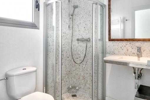 Das dritte Badezimmer mit schöner Steinwand