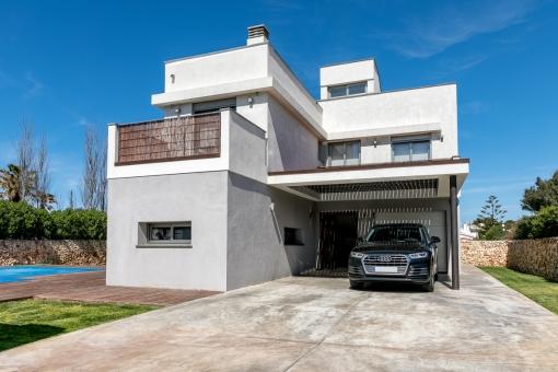 Die Villa wird von einem Garten umgeben und verfügt über eine Garage