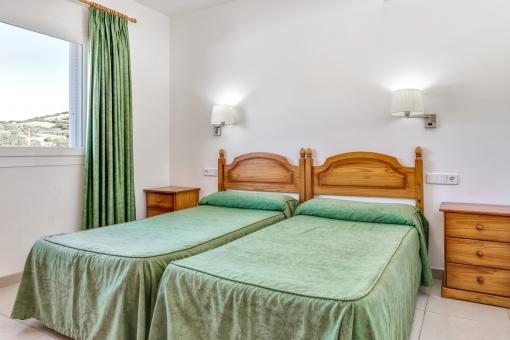 Dormitorio doble con luz natural