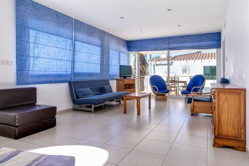 Luminosa sala de estar con terraza en la planta superior