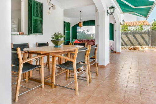 Terraza cubierta con comedor y zona de estar