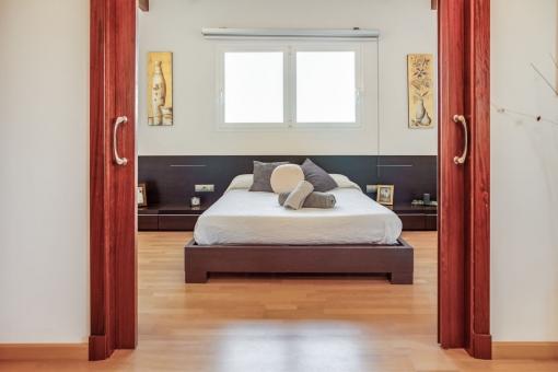 Dormitorio en la planta superior con puerta corredera