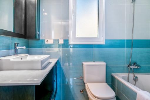Baño en azul con bañera