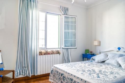 Helles Schlafzimmer mit Heizung