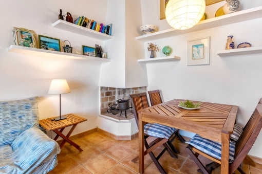 The living area offers a cosy ambienec