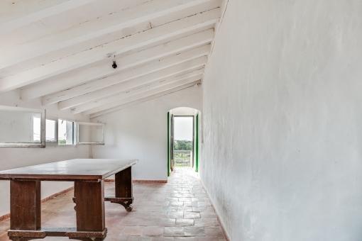 Otro cuarto con acceso a un balcón pequeño