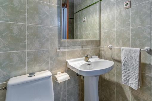 Eines von 24 Badezimmern