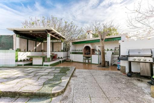Praktische Außenküche mit Grillbereich