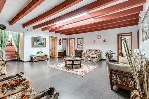 Espacioso lobby con vigas de madera