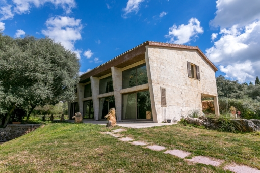 Modern, light-flooded finca on a large, green plot of land near to Mahon