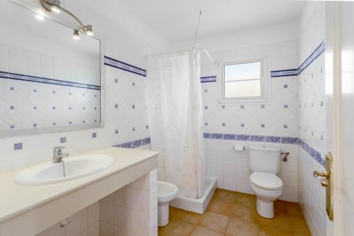 Encantador baño con ducha